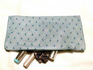 Le goût des choses simples (ceci n'est pas une pub pour du jambon) dans Couture pochette-tulle-bleu-chez-louiser-300x225