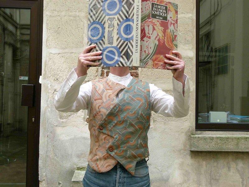 gilet-constructiviste-futuriste-chez-louise-avec-livre russie