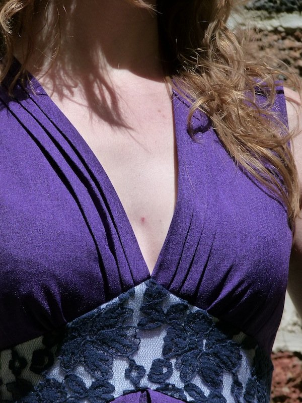 robe-violette-chez-louise-decollete